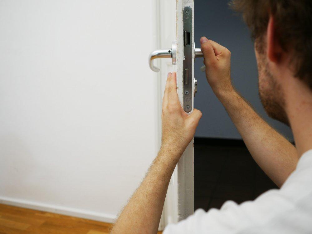 Spara låssmedens akutnummer i mobilen