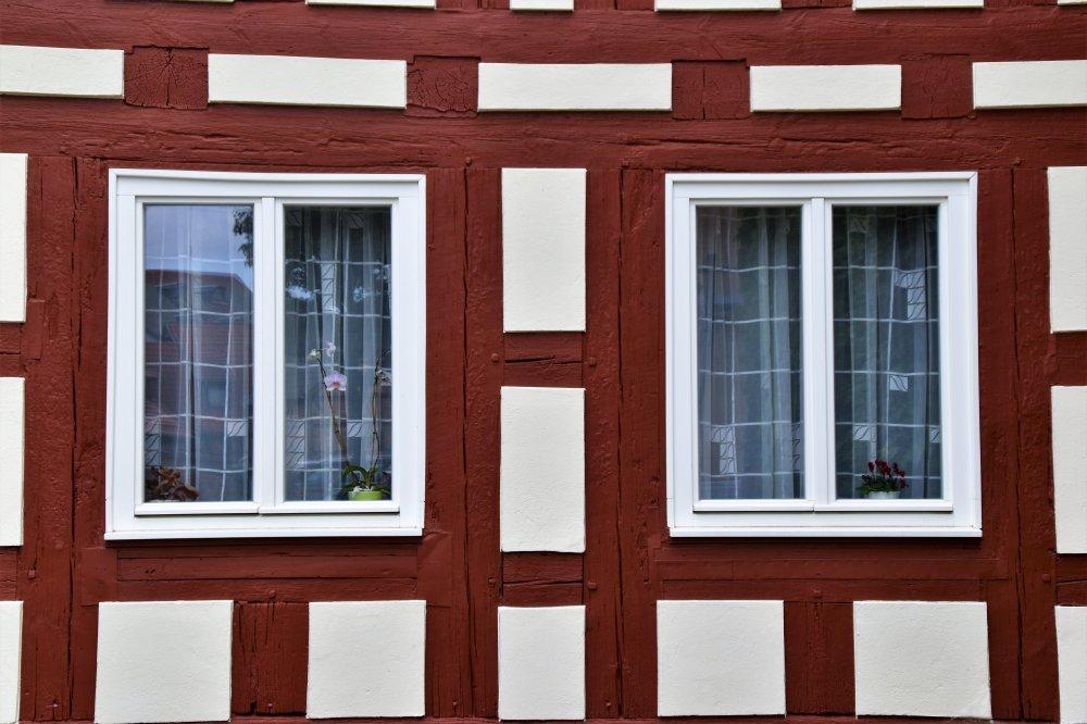 Sidohängda fönster passar perfekt till den som gillar det klassiska